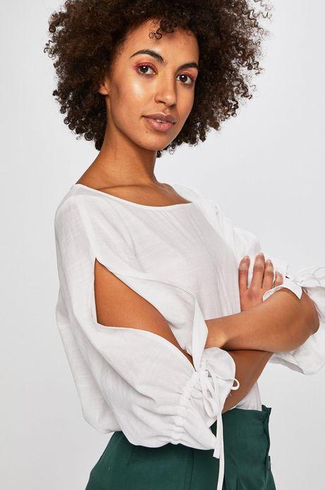 Bluzka damska z rozcięciami na rękawie biała