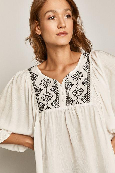 Bluzka damska z ozdobnymi haftami biała