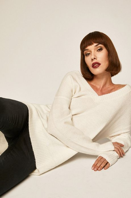 Sweter damski ze spiczastym dekoltem kremowy