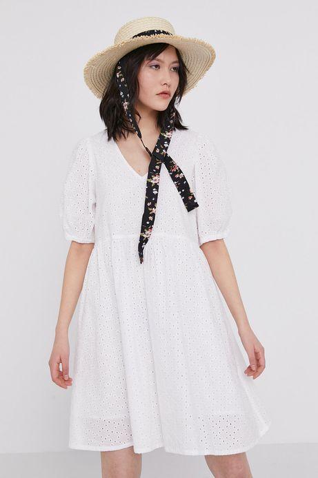 Ażurowa sukienka damska z fantazyjnym tyłem biała
