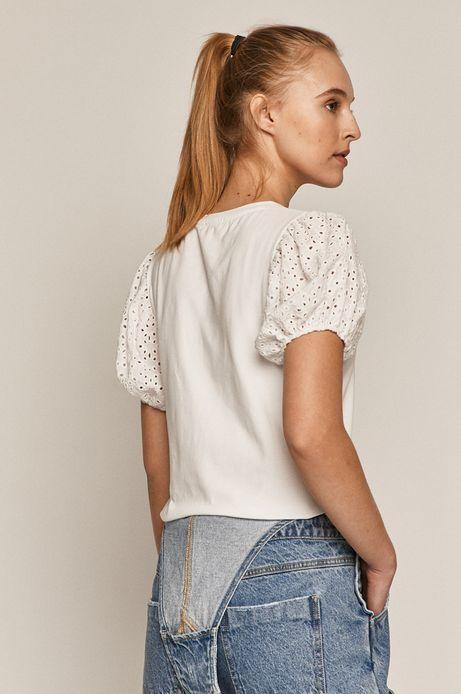 T-shirt damski z ażurowymi rękawami biały