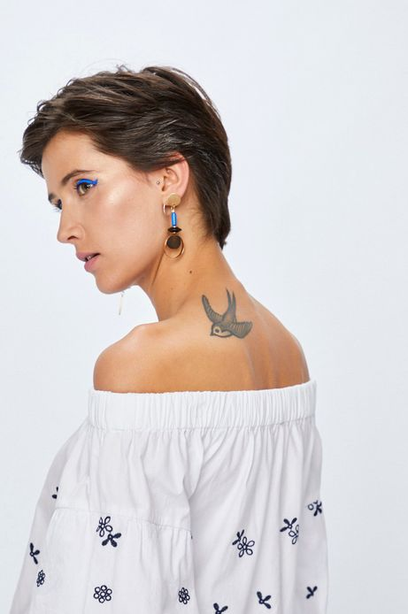Bluzka damska biała z hiszpańskim dekoltem z haftami