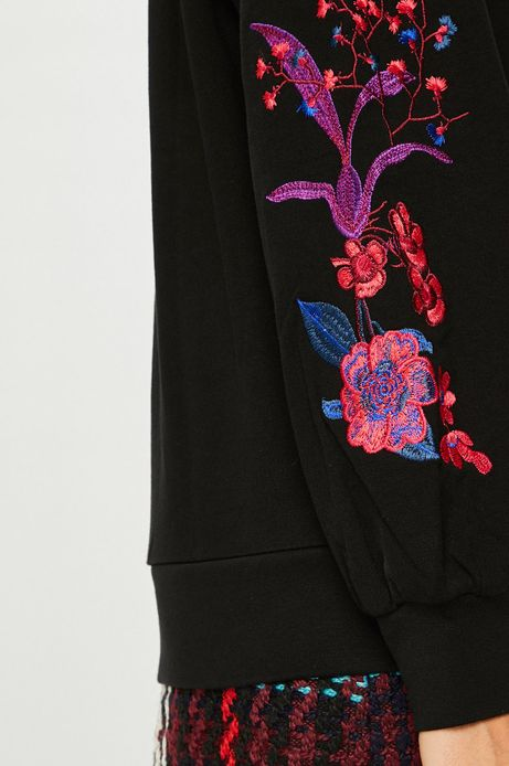 Bluza damska czarna z haftami na rękawach