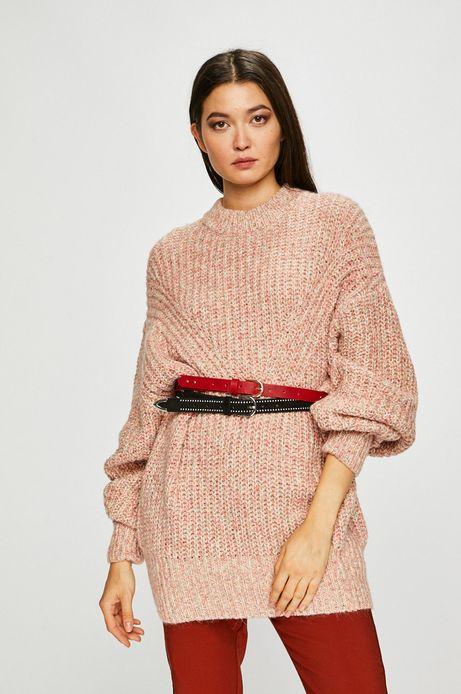 Sweter damski różowy o obniżonej linii ramion
