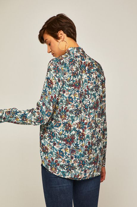 Koszula damska z wiązaniem przy dekolcie wzorzysta