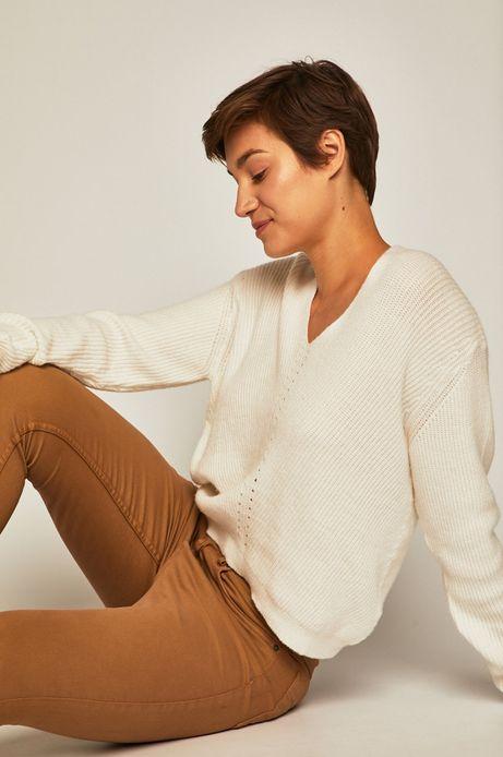 Sweter damski o obniżonej linii ramion kremowy