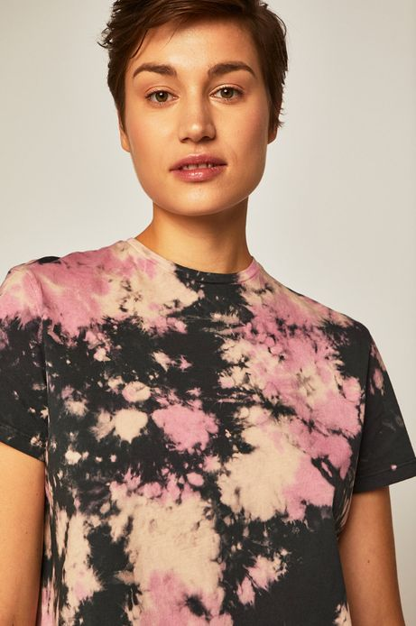 T-shirt damski z wzorzystego materiału