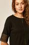 Bawełniany t-shirt damski z ażurowymi wstawkami czarny
